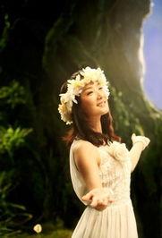 凤凰传奇新歌MV创意十足 女主唱玲花变月下女神