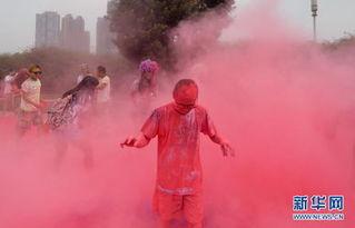 秦时明月紫女h文- 6月18日,一名参与者从彩色粉末中走出.当日,一场别开生面的5公...