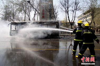 ...南省新乡市一辆801路公交车在行驶过程中突然发生自燃,火势十分...