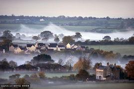 ...#8221;中射出来,逐渐燃烧掉覆盖在村庄上空的一层雾毯,美不...