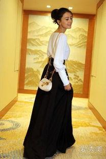 装亮相第10届亚洲电影大奖红毯.一袭黑白裙装,端庄典雅又大方,...