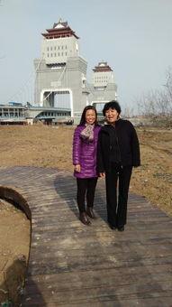 东西两边是公园,   游人如织兴致高,   南北河水映蓝天,   江广融合景...