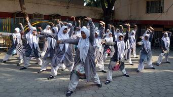 印度强奸案件频发 学校女生习武防身