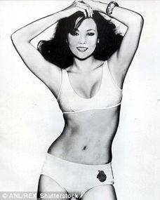74年她拍摄的泳装广告照.虽然照片是黑白色,但依然可以看出,...