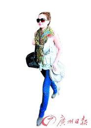 ...孩》中饰演主角Queen B,素色的整体搭配彩色的围巾是欧美明星...