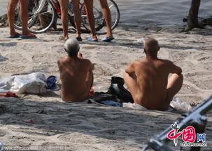 ...滨市区江畔现 天体浴场 男子一丝不挂晒太阳