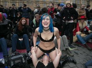 ...反对英国针对成人电影发布的新法规.图为参加抗议的民众.-英民众...