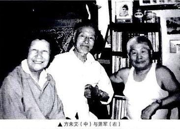 (右三)和儿子萧鸣(前左二)从北京来青岛,与方未艾(右一)、...