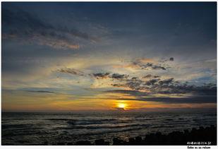 入海里,   天空的颜色好美,   就像一幅水彩画似的,   是不是也觉得在...