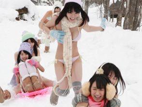 日人体写真女星穿比基尼雪地打雪仗 网友 太敬业