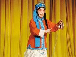 她最喜欢《穆桂英挂帅》,因为穆桂英本是个女子,但还像男子一样参...