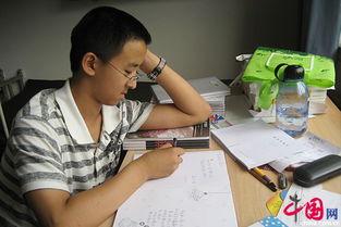 张炘炀送给全班每位同学一个笔记本,并认真写下留言.-12岁少年提...