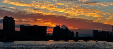 祥和安宁的小城 感受日出时的迷人景色
