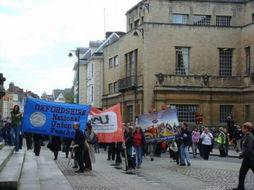 举办的一次维权活动,是校方拖欠... 游行队伍边走边喊: