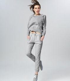 灰裤子搭配什么颜色上衣
