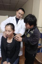 ...秀(右一)正在学习按摩技巧-广安市残疾人联合会