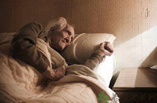 老年人晚上睡觉的图片-为什么老人要睡硬床
