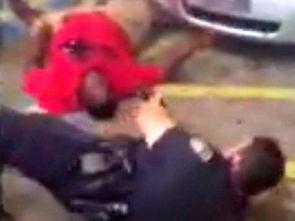 蛇女尿道口吞人本子-视频中,一名警察死死摁住斯特林,另一名警察近距离朝斯特林开了大...