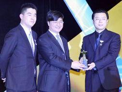 中国人寿瑞祥终身寿险代表(右)领取2007年度最佳保险产品奖(腾讯...