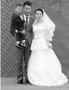 """一家人穿着礼服在""""婚礼""""现场.-提前20年的婚礼 3岁儿子和28岁母亲"""