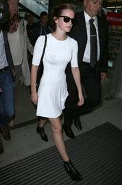 扣骚穴白拍-艾玛.沃特森(Emma Watson)   搭配:白色短袖连衣裙+尖头短靴+黑...