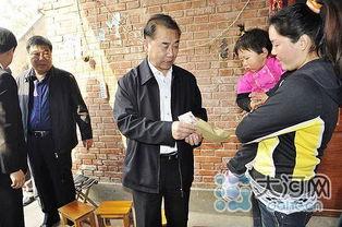 ...勇院长一行来到留守妇女靳景霞的家中,向她赠送了粮油等生活用品...