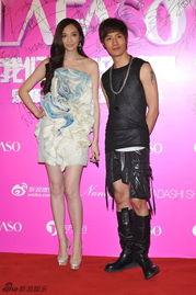 姐也色王梦溪-日前,吴佩慈现身某时尚活动,她身着一袭设计感十足的渐色抹胸短裙...