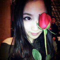 女生手拿玫瑰花的头像 手拿玫瑰花女生头像