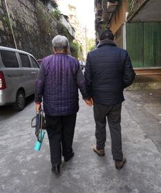 9年,牵着失明妻子逛街、看夕阳  ... 老太太步履蹒跚,凭着丈夫的指引...