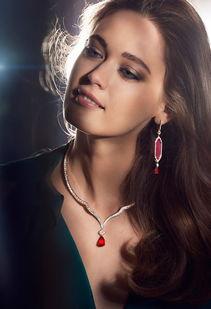 模特佩戴伯爵高级珠宝系列「Secrets & Lights」-绛红雪白 冷艳珠宝冬...