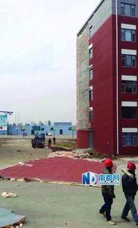 长春财经学院宿舍楼外墙被四级风吹落一半 图