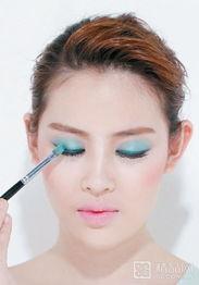 艹白妞-1.选择绿色或蓝色眼影涂满整个眼窝,对于亚洲人的皮肤来说,会更显...
