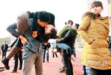 参赛情侣展示创意吻姿-接吻大赛多人晕倒
