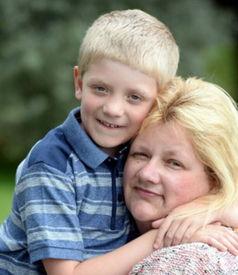 英母亲拥抱儿子后意外发现自己身患癌症