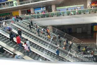 1月5日,北京西站候车大厅内乘客搭乘扶手滚梯准备进入列车候车室....