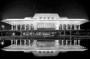 南宁东站夜景(12月22日摄).... 黎胜明展示他买到的贵阳火车站发...