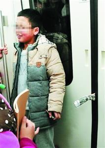 ...孩子将报纸塞进地铁车门 家长不拦反大笑