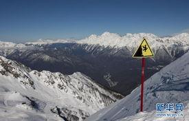 住的阿伊布加山山峰上飞过. 阿伊布加山是索契冬奥会高山滑雪的比赛...