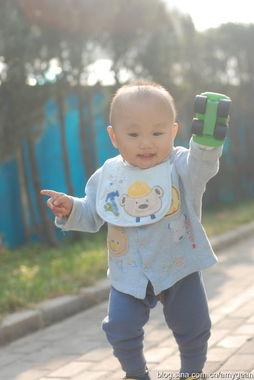 连口水巾都是蓝的   这时还没到一周岁,但看起来像个大孩子   另一条...