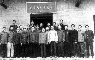 本书里最动情的章节之一.邓小平同志曾11次转战湖南、视察湖南,...