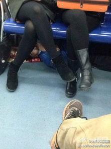 ...岁,都身穿黑色丝袜,起初两人似乎没有发现什么异样,坐在位置...