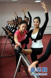 士歌舞团的培训老师任妍(右二)指导志愿者们进行形体训练.当日,...