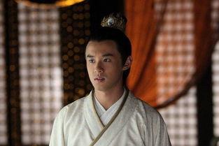 了汉室,建立了刘氏东汉王朝.而东西汉恰巧各传200年左右.历史有...