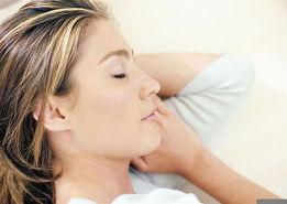 枕头过高易驼背 18种睡觉方式女人老的快