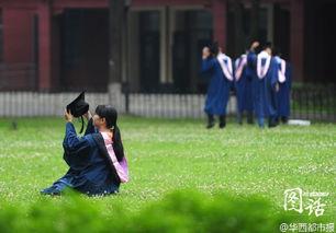 ...台阶前…学子用一张张毕业照定格青春,以此纪念即将结束的大学生...