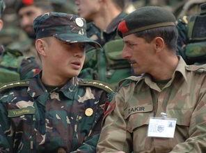 一名中国军人(左)同巴基斯坦军人亲切交谈. 摄影:新华社记者  -...