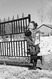 ...协会赠送的书包悠然自得.当日,扎兰屯市开展生育关怀进农家活...