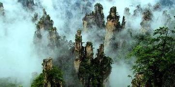 座,这些石峰如人如兽、如器如物,形象逼真,气势壮观.峰间峡谷,...