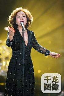 音乐教母杜丽莎 歌手 开唱 飞吻回应观众热情