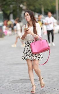 街拍 凉高短裙美腿,粉红色的指甲油尽显玉足白嫩如玉
